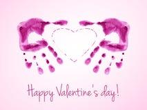 Det lyckliga valentins dagkortet med vattenfärgtryck av rosa färger gömma i handflatan Royaltyfri Bild
