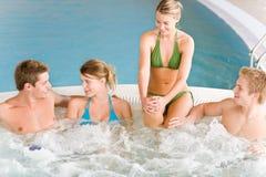 det lyckliga varma folket som pölen kopplar av simning, badar Royaltyfri Bild