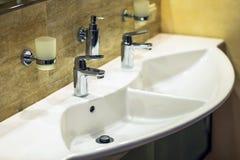 Det lyxiga badet badar och vattenkranen Arkivfoto