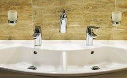 Det lyxiga badet badar och vattenkranen Arkivbilder