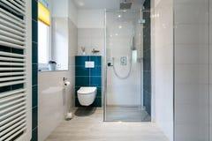 Det lyxiga badrummet med går i den Glass duschen - horisontalskott av ett lyxigt badrum med stort, gå-i dusch royaltyfri foto
