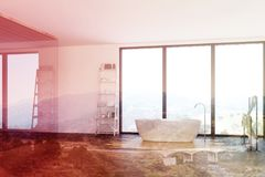Det lyxiga badrummet, vit badar tonat Royaltyfri Bild