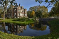 det lyxiga huset reflekterar i vattnet Arkivfoto