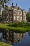det lyxiga huset reflekterar i vattnet Royaltyfria Foton