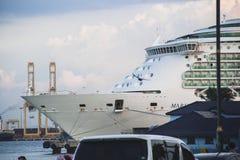 Det lyxiga kryssningskeppet anslöt nära hamn i Penang, Malaysia Arkivfoton