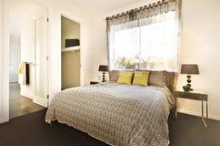 Det lyxiga sovrummet med en modell planlade sängarket fotografering för bildbyråer
