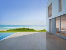Det lyxiga strandhuset med havssiktssimbassängen och tömmer terrassen i den moderna designen, semesterhemmet för stor familj royaltyfri foto