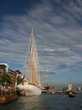 Det mäktiga högväxta skeppet förtöjde på flodsidan under seglar Amsterdam Fotografering för Bildbyråer
