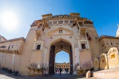 Det mäktiga landskapet och cityscapen på Amber Fort, berömd loppdestination i Jaipur, Rajasthan, Indien royaltyfri foto