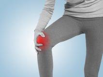 Det mänskliga knäet smärtar medicinskt hälsovårdbegrepp för gemensamt problem Royaltyfri Foto