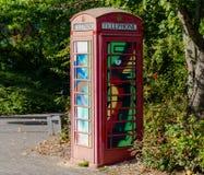Det målade gamla röda telefonbåset, telefonask, målade i olik sänka Royaltyfria Foton
