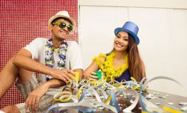 Det mång- etniska paret firar den brasilianska Carnavalen Frien arkivfoton