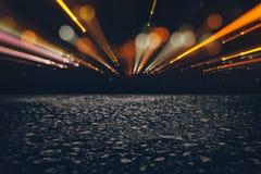 det mörka koncentrat- eller asfaltgolvet med mörk svart blänker bakgrund royaltyfri fotografi