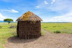 Det Maasai 'sskyddet, format runt halmtäcker huset som göras av kvinnor i Tanzania, East Africa royaltyfria foton