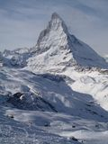 Det majestätiska alpina Matterhorn berget som står högt ovanför staden av Zermatt, Schweiz Arkivfoto