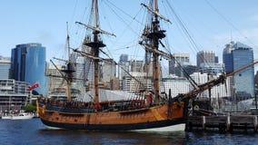 Det majestätiska högväxta skeppet hedrar vattnet av Sydney Harbour på den Australien dagen, Sydney, Australien arkivfoton