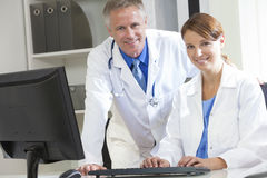 Det Male kvinnligsjukhuset Doctors Använda Dator royaltyfria bilder