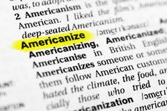 Det markerade engelskaordet amerikaniserar och dess definition i ordboken Arkivfoto