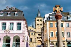 Det Marktkreuz korset och domkyrkan i den Hauptmarkt fyrkanten i trieren, Tyskland Arkivfoton