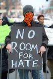 Det maskerade hållande tecknet för personen som protesterar utanför trumf samlar Royaltyfria Foton