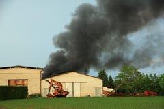 Det massiva giftliga svarta molnet i himlen stiger från en brand Arkivfoto