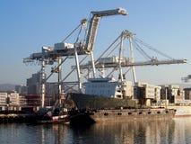 Det Matson sändningsfartyget är olastat vid kranar i den Oakland hamnen Arkivbilder