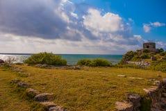 Det Mayan fördärvar i Tulum, Mexico Fördärvar byggdes på högväxta klippor på det karibiska havet Tulum var en av de byggda sista  royaltyfri foto