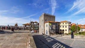 Det medeltida tornet av Dom Pedro Pitoes Street som ses från den Terreiro da för Porto domkyrkafyrkant aka Sen Arkivfoton