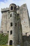 Det medeltida tornet och uppehället, smickrar slotten och jordning Arkivfoto