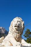 Det Medici lejonet nära den Alupka slotten och Ai-Petri vaggar fotografering för bildbyråer