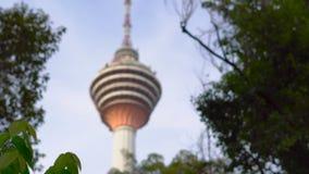 Det Menara tornskottet från den hängande upphängningbron i Ecoen parkerar i den Kuala Lumpur staden arkivfilmer