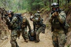 Det militära kommandot evakuerar den sårade soldaten Arkivfoton