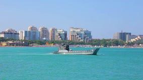 Det militära landa fartyget veckla upp på fläck, och flöten på blå yttersida av att lämna för havet spårar av skum på bakgrund av stock video