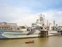 Det militära skeppet HMS Belfast ankrade på flodThemsen royaltyfri bild