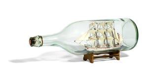 Det miniatyrhögväxta skeppet med seglar riggat i en flaska royaltyfria bilder