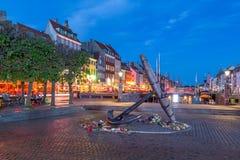 Det minnes- ankaret Mindeankeret på Nyhavn på natten royaltyfri bild