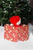 Det missbelåtna barnet i jultomten passar vänta på starten av jul Arkivfoto