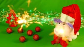 Det mjuka leksaksvinet i en Santa Claus hatt står på en hromakey och inskriften, garneringar, jul, hand med royaltyfri illustrationer