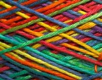 Mångfärgad garnrulle Arkivbild