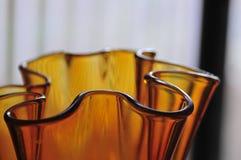 Det moderna Amber Glass Art Vase Abstract lynnet buktar serien Backgrou arkivbilder