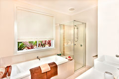 Det moderna badrummet med badet badar och badningområde som är förberett med släp Arkivfoton