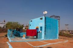 Det moderna byhuset av blått färgar Arkivfoto