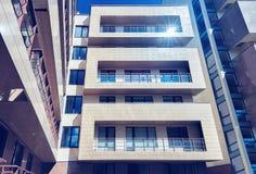 Det moderna europeiska hyreshuskomplexet tonade arkivfoton