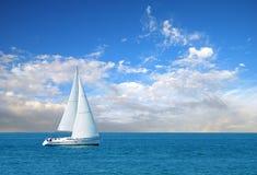 det moderna fartyget seglar Royaltyfri Fotografi