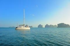 det moderna fartyget seglar Arkivbilder