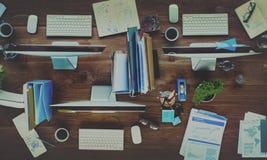 Det moderna kontoret för datorer för kontorsskrivbordet bearbetar begrepp arkivfoto