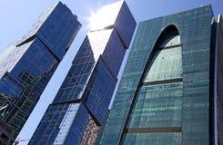 Det moderna kontoret står högt byggnader Arkivfoton