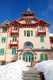 Det moderna lyxiga hotellet på skidar semesterorten Royaltyfri Fotografi