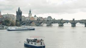 Det moderna nöjefartyget seglar längs den Vltava floden arkivfilmer