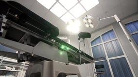 Det moderna operationsbordet ändrar lutningen i ett modernt sjukhus Royaltyfri Fotografi
